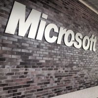 logo Microsoft na ścianie