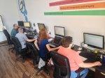 pracownicy podczas pracy przy komputerze