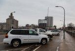 Zaparkowane samochody na parkingu